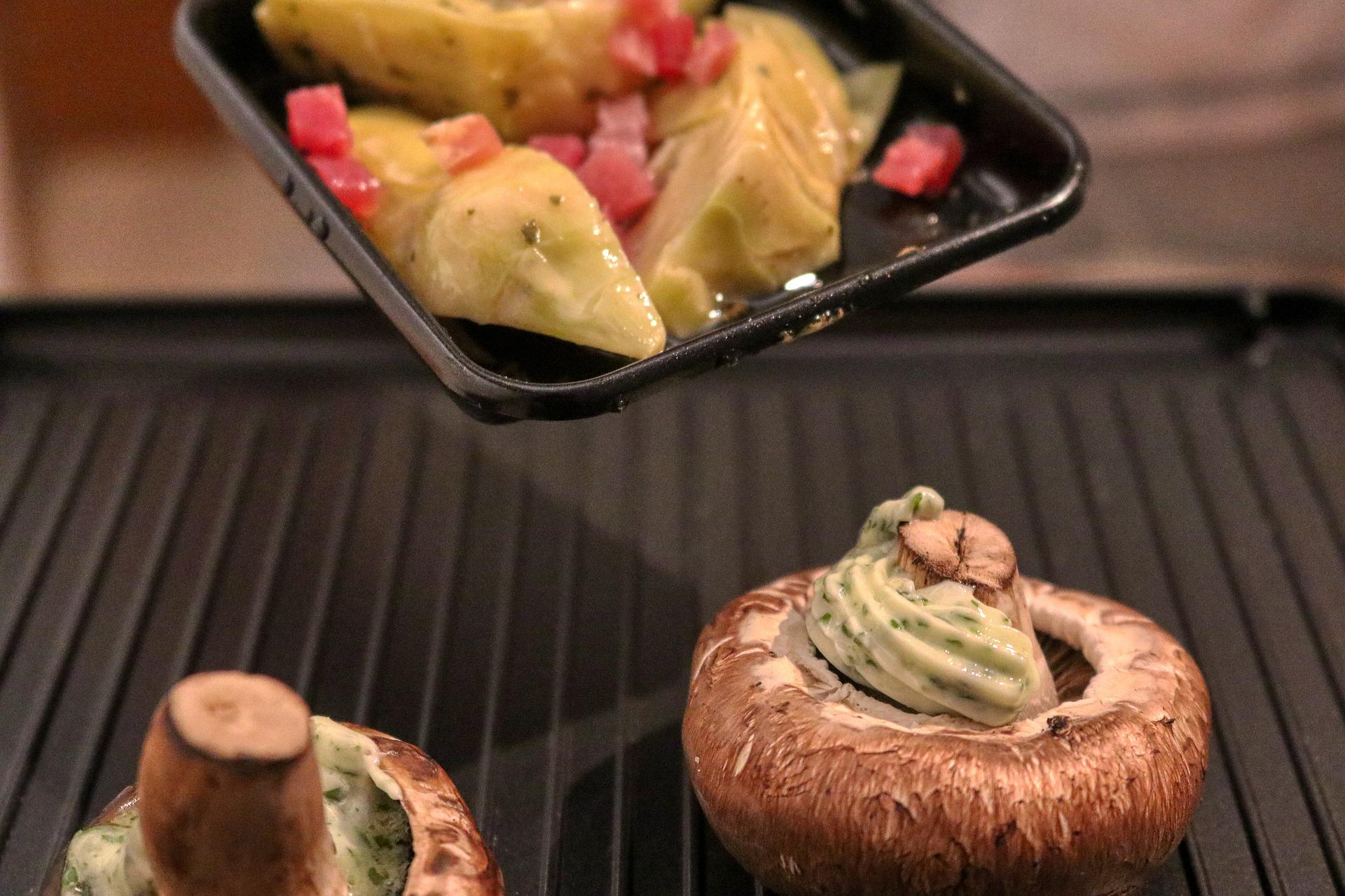 Appareil à raclette avec un champignon et du fromage