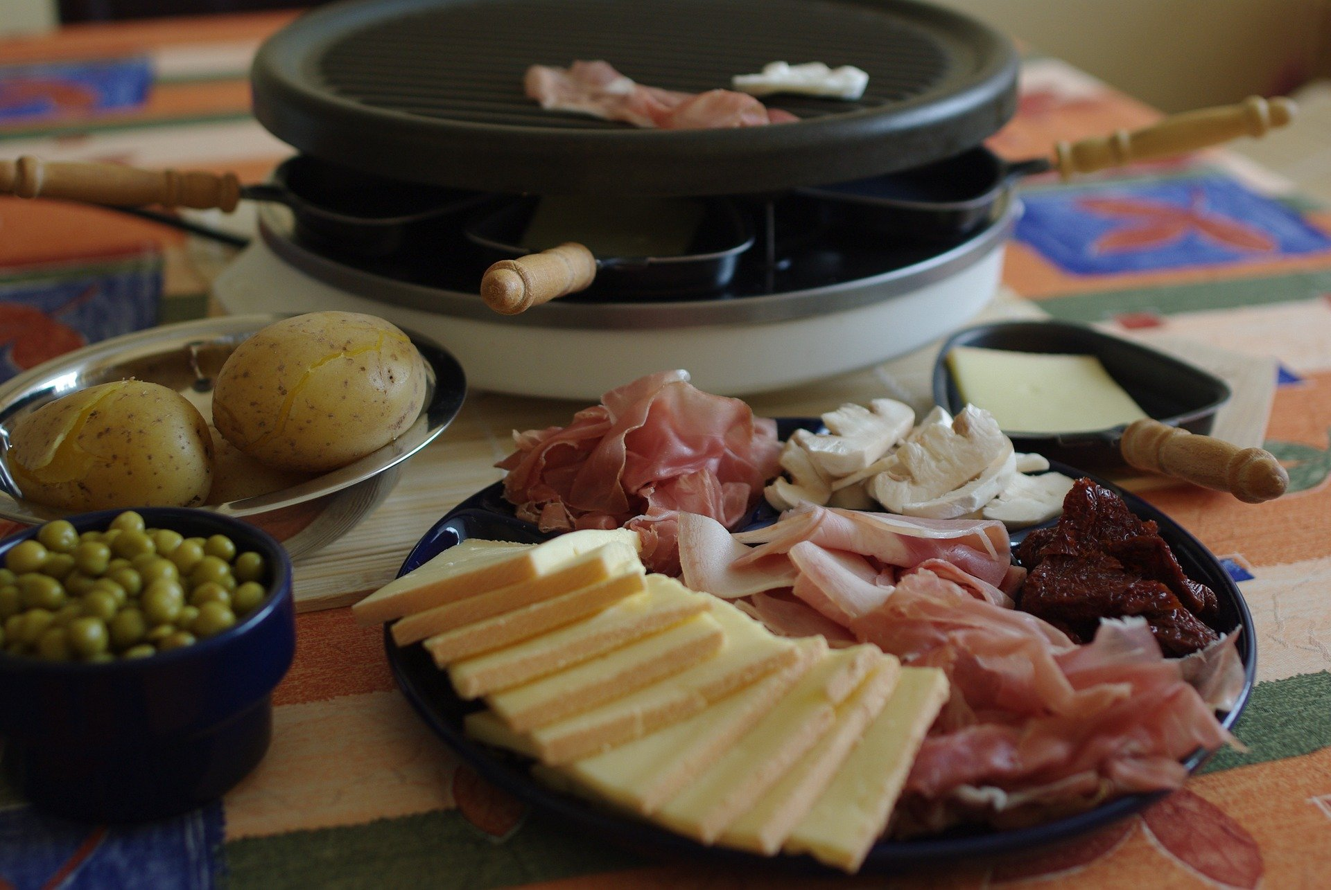 service à raclette, fromage et charcuterie